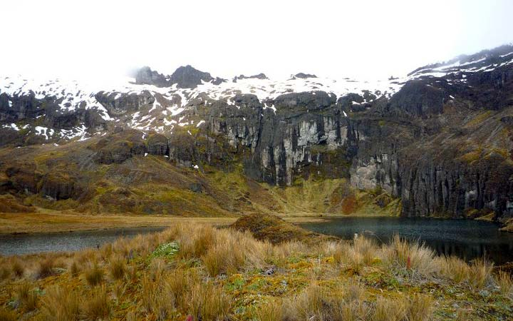 altar-trekking-mountain-rocks