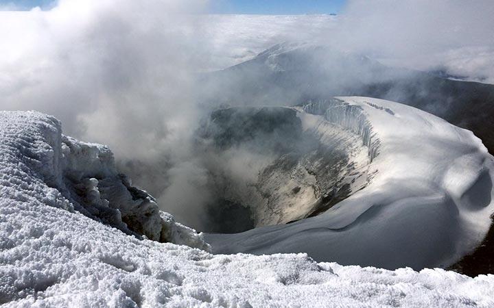 cotopaxi-climbing-volcan-crater