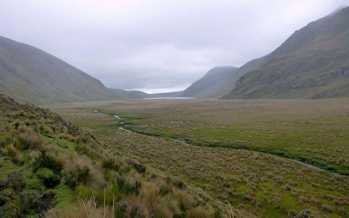 inca-trekking-terrain-lake