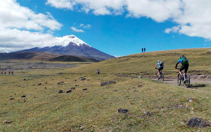 mountain-biking-road-cotopaxi-limpiopungo