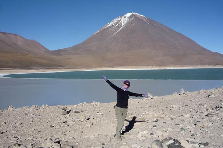 bolivia-lagoon-blue-women