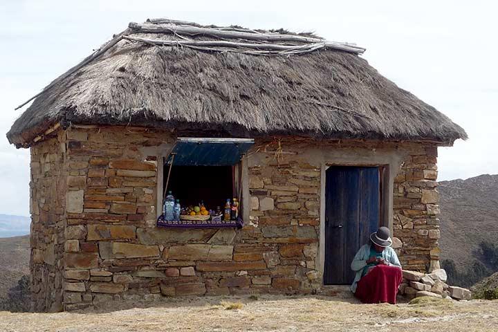 titicaca-lake-straw-house